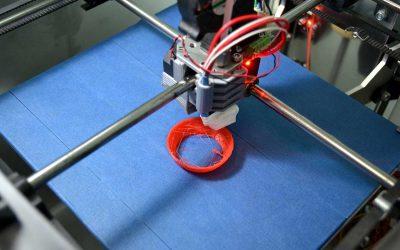 ¿Qué métodos puedo utilizar para crear prototipos de plástico y piezas de producción?